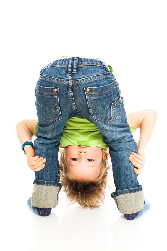 Kind schaut durch seine Beine - Child looking through his legs